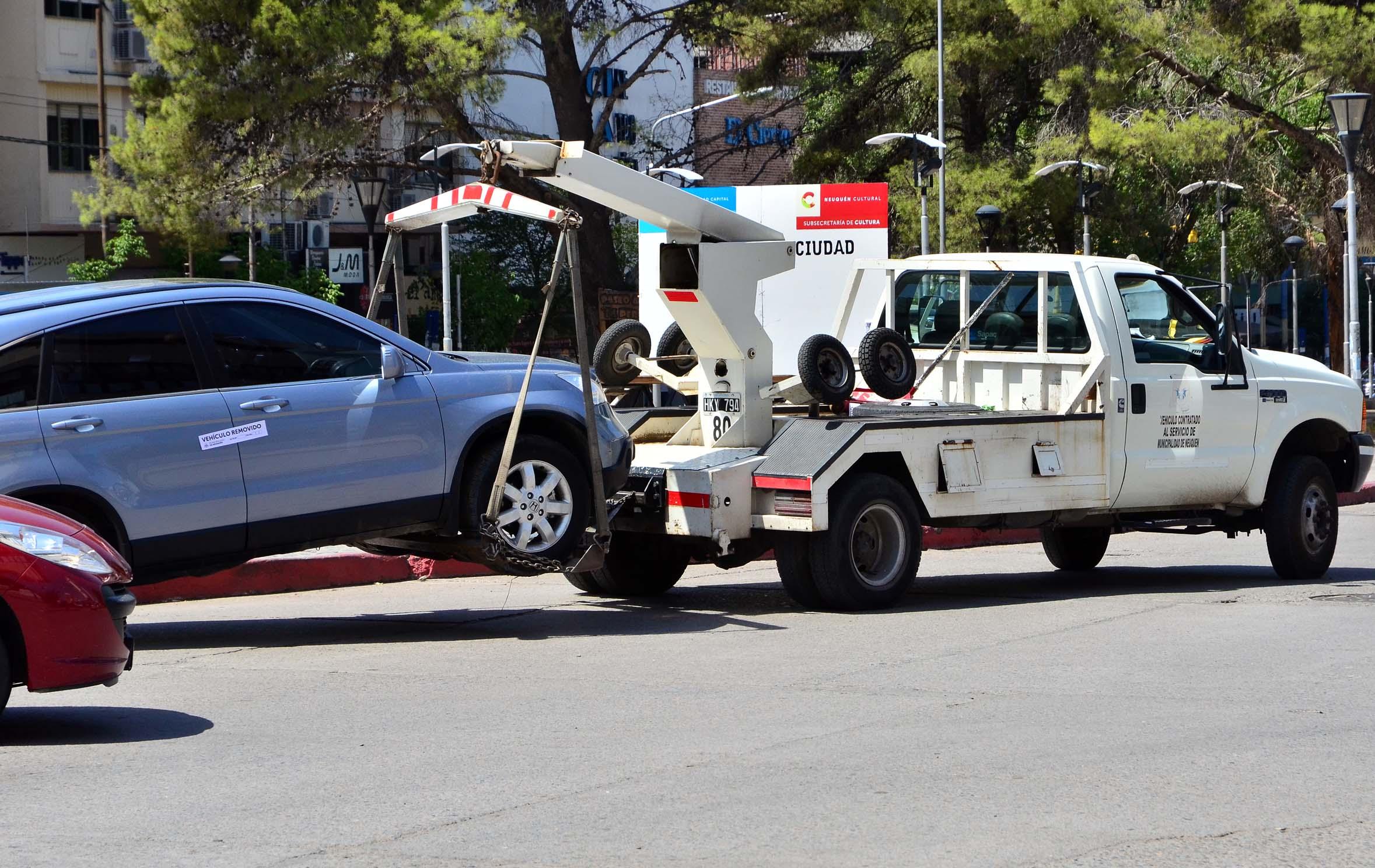 retención del vehículo con una grúa por cometer infracciones de tránsito