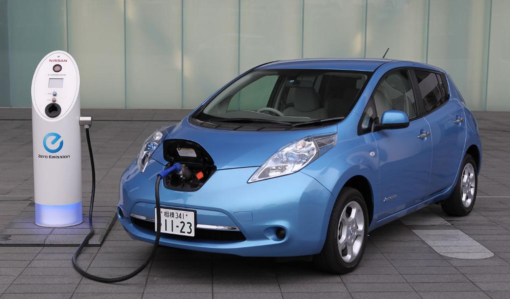auto eléctrico recargando su batería